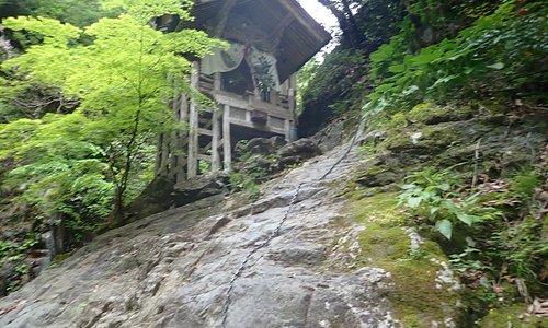 宮川と呼ばれる川沿いの大きな岩の斜面の上に祠がある神社で、参拝するには鎖を5メートルぐらいよじ登らなければなりません。