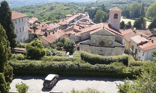La piccola frazione di Masino di Caravino vista da una terrazza del castello