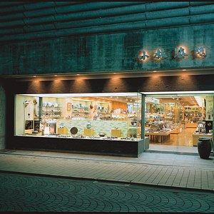 これは私ども小林漆陶の店舗の正面玄関の画像です。 売り場面積は120坪(396㎡)あり、陶器、漆器、ガラス製品、茶道具、華道具、金属製品、布製品などの日本製品を何千種類と陳列販売しております。貴重な伝統工芸品や、地元岐阜の名産品や、日本全国のこだわりの逸品などを取り扱っております。日本独自の文化、茶道の道具などもあり、ここにしかない日本文化に触れて頂くことが出来ます。来日した記念として、日本の伝統工芸品や岐阜の工芸品などを、お土産にされてはいかがでしょうか。皆様のご来店を心よりお待ち申し上げております。