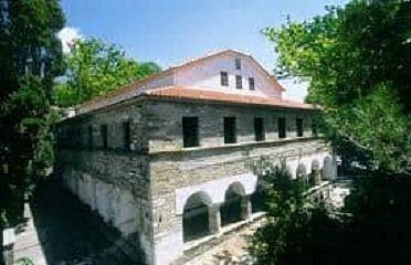 Η εκκλησία του Αγίου Νικολάου είναι Βασιλικού ρυθμού με τρία κλίτη που χωρίζονται από κολώνες με σκαλιστά κιονόκρανα.