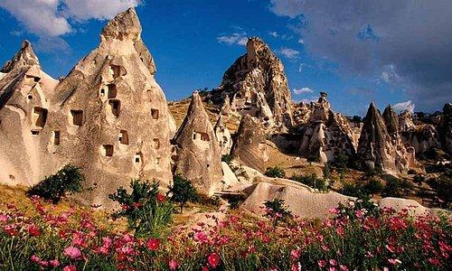 """Kapadokya, doğanın bir sanat eseri gibi ince ince işlediği büyülü bir coğrafya. Adını Kapadokya Krallığı'nın eski ismi olan """"Katpatuka""""dan alan Kapadokya..."""