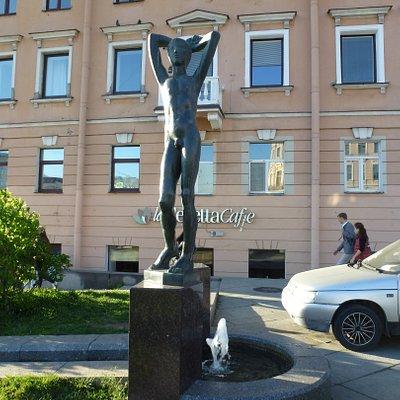 Скульптура обнажённого юноши олицетворяет новый век