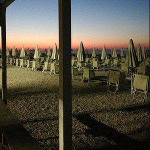 Lo spettacolo del tramonto sull'Adriatico è dato dalle ombre che allungandosi sembra non vogliano lasciare il mare...