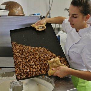Fabrication traditionnelle du nougat au miel d'Ardèche et amandes de Provence