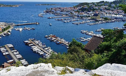 16th century sailing mark in Risør,  Norway 🇳🇴  The white, Risør-flekken (the Risør splotch)  -one of the Oldest sailing marques in Norway