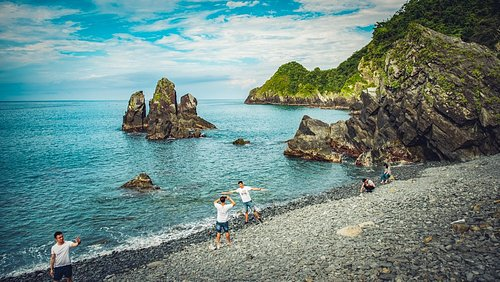 This little pebble beach right beside the tiny Fenniaolin Fishing Harbor at Dong'ao in Yilan County has become a very popular spot for taking photos. It can become crowded on weekends.