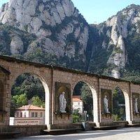Mur Avec Des Arcs & Des Sculptures i Montserrat