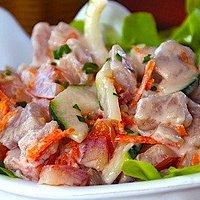 Salade de poisson cru (thon) à la tahitienne. Le citron vert cuit légèrement ce poisson dont le mélange des saveurs est unique et frais. Délicieux avec riz blanc ou frites.