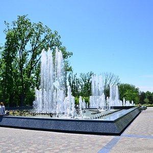 """Поющий фонтан """"Аврора"""" в Краснодаре, день"""