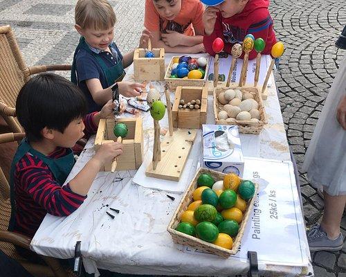 Akce namaluj si sve vejce! V ramci Velikonocnich svatku se na Farmarskych trzich Prahy 1 si mohl kazdy namalovat sve vajicko. Teto moznosti vyuzilo mnoho navstevniku a vsichni se u toho velice pobavili.