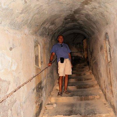 Tunnel che collegava depositi alle postazioni di cannoni