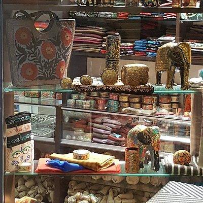 Kashmir Handicrafts, Luxurious Handmade Scarves and Shawls,  Cashmere, Pashmina, Merino Wool, Silk Carpets , Paper Machie, Gems & Jewellery