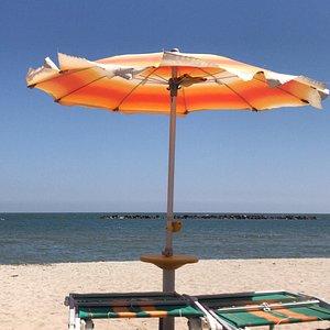 Titolare molto cordiale ... spiaggia pulita. Servizi pulito e ordinati. Docce a disposizione. Cabine per giochi e gonfiabili.