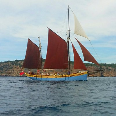 Andrea Jensen sailing in the bay of Alghero with all five sails.