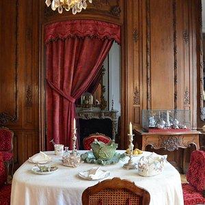 Salle à manger. L'ensemble des murs est recouvert de boiseries provenant de l'Hôtel de Hau de Staplande, à Bergues.