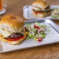 Náš burger - Hovězí mleté maso z čestru s goudou a nakládanou cuketou v naší bulce