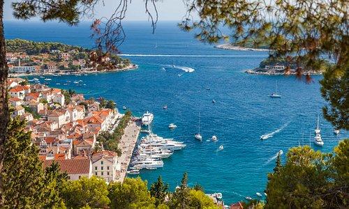 Hvar è una delle più belle e famose isole della Croazia. La cittadina in cui si arriva col traghetto, Stari Grad cioè Cittàvecchia, è molto bella, caratterizzata da un dedalo di vicoli che salgono dalla piazza della cattedrale e dalle stradine lungo la costa che vi portano alle spiagge ai lati del porto.
