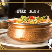 Presentación, ambientación, música, personal nativo y platos del norte y sur de India.