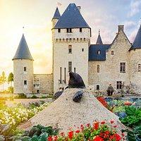 le couche de soleil sur un chateau de la loire, le Rivau