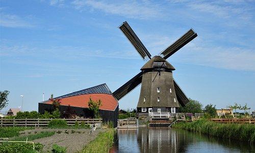 De molen met het educatieve centrum 'de Vijzel' in 2019