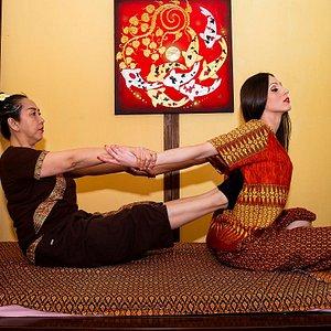 IL MASSAGGIO TRADIZIONALE  THAILANDESE I massaggi tailandesi sono un vero toccasana per la salute, sintesi tra il benessere fisico e quella emotiva che porta ad un benessere supremo anche di carattere psichico. Il principio di base è che il rapporto tra mente e corpo è inscindibile, agendo su alcune aree del corpo si riesce a liberare una forte dose di stress, alleviando dolori e tensioni muscolari.