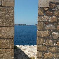 Η θέα από το Νιόκαστρο στον κόλπο του Ναβαρίνοιυ. Διακρίνεται το νησί Σφακτηρία.