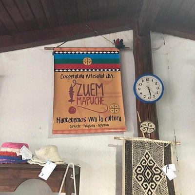 Tejidos Mapuches: ropa, mantas, caminitos de mesa, pie de cama, chales, etc Todo precioso y auténtico. Cada prenda tiene un etiqueta con nombre de la tejedora. Vale la pena visitar!   Mapuche weaving loom: clothing, table runners, bed foot, shawls, etc. Every piece has a label with the weaver's name on it. It is worth the visit!