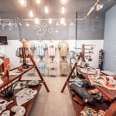 The concept of the store is recycled industrial. We try to raise awareness with the design of the store occupying 65% recycled material.