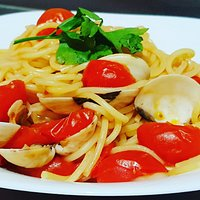 Spaghetti con vongole e pomodorino fresco, una bontà 😋😋😋 #solocosebuone #pizzeriaponzese #vongole #pomodorini #colori #pastaavongole