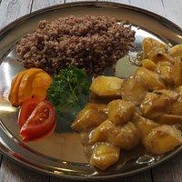 Mango-Curry  (Glutenfrei)                                                                               Herrlich erfrischendes Curry mit frischen Mangoschnitzen.  Aromatisch gewürzt mit Kardamon, Zimt, schwarzem Pfeffer, Sternanis und  Kokosnussmilch. Serviert mit rotem Vollkornreis.
