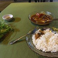 The Kari house staat bekend om zijn vis curry's. Het is een gemoedelijke sfeer met veel locals
