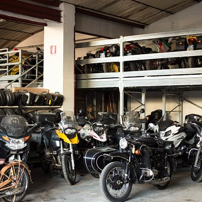 parcheggio delle moto a noleggio e delle moto in deposito