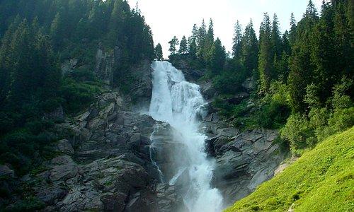 """Uno dei """"salti"""" delle cascate di Krimml situate nel Parco Nazionale degli Alti Tauri nella regione del Salisburghese. Queste cascate superano in tre salti un dislivello di 380 m e sono tra le più alte d'Europa."""