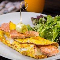 Omelete de salmão com alho poró e molho bechamel.