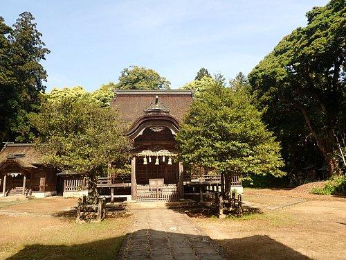 楼門の先には広々とした境内があり、正面に社殿があります。