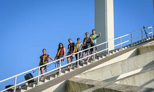Visitantes a descer o arco, liderados pelo nosso guia     Visitors coming down the arch, leaded by our guide