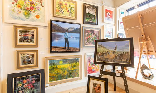 Ballater Gallery offers customers the option to observe paintings and sculptures in various situations and lighting positions.