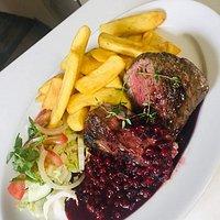 V našej reštaurácii Vám ponúkame širokú škálu jedál, okrem iného aj steaky.  In our restaurant we offer you a wide range of dishes, including steaks.