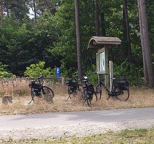Comfortabele fietsen voorzien van alles: fietszakken, fluohesjes, EHBO-kit, Fietskaart knooppuntennetwerk Limburg, houder voor routeplan, extra slot,...