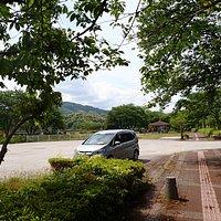 三日月公園には無料の広い駐車場があります。