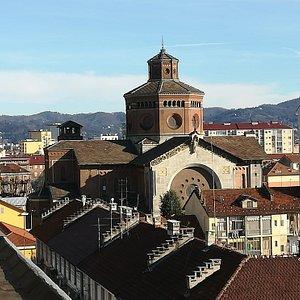 Esterno della chiesa. Dal tetto di una delle case vicine