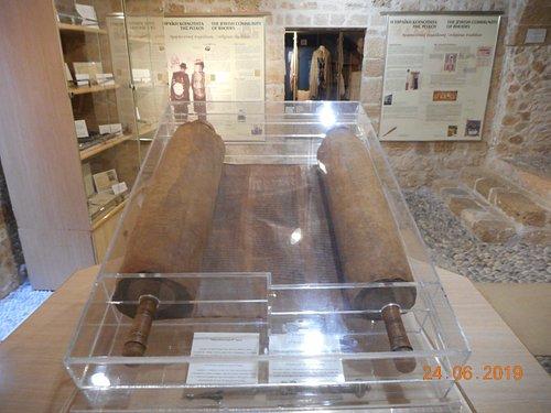 Свиток Торы в одном из залов музея