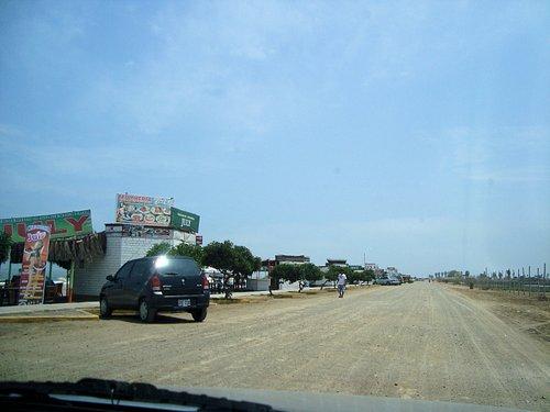 Al dejar la carretera desde la Panamericana llegas a esta calle costanera