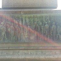 Памятник Беттино Рикасоли на площади Пьяцца-дель-Индипенденца, июль.
