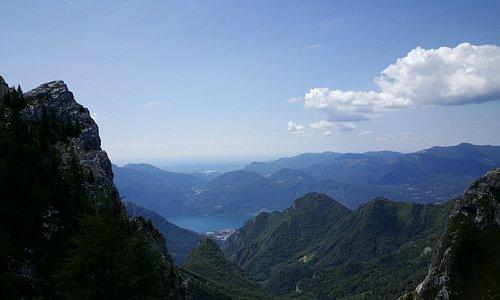 """Mandello del Lario e il suo lago visto dalla """"Bocchetta di Piancaformia"""" sull'omonima cresta  (sentiero n. 19) della Grigna Settentrionale - ( Luglio 2019)"""