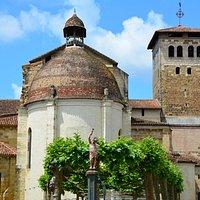 Vue de l'abbatiale depuis la place de Verdun