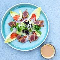Tuniakový šalát s opečnou červenou paprikou a yuzu miso dipom