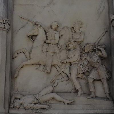 Памятник генералу Манфредо Фанти (Monumento al generale Manfredo Fanti, барельефы с военными трофеями и эпизод битвы при Сан-Мартино.