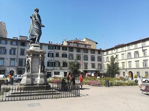 Памятник генералу Манфредо Фанти на площади Сан-Марко, Флоренция, июль.