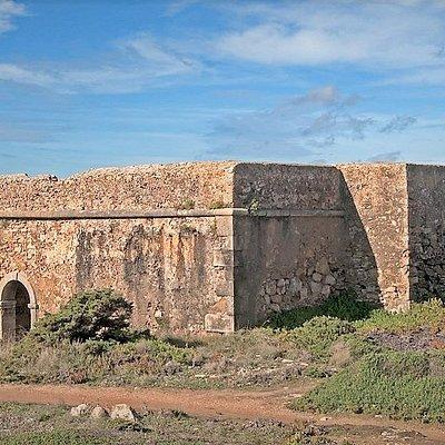 Forte do Milreu  Acesso a pé junto à falésia, desde a estrada da praia da Empa/Praia dos Mil Regos